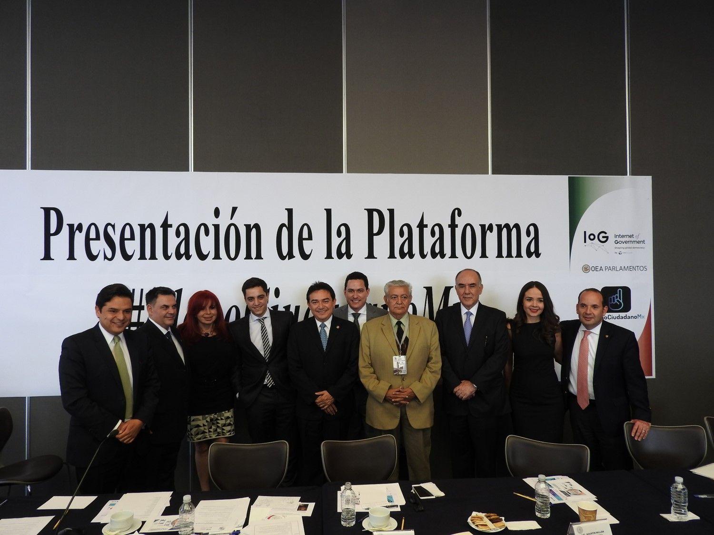 Fotografia Senadores y participantes del evento