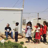 Melodía por una sonrisa _Juan Valdivia con los niños refugiados en
