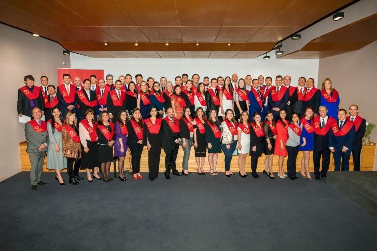 Fotografia Alumnos de EALDE Business School durante el acto de