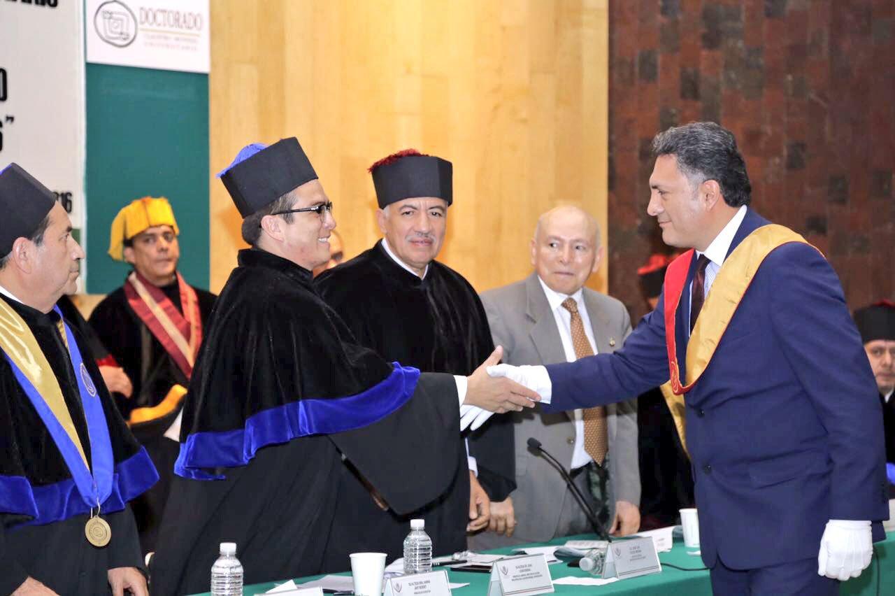 Gerardo Islas recibiendo el Doctorado Honoris Causa por su labor humanitaria.