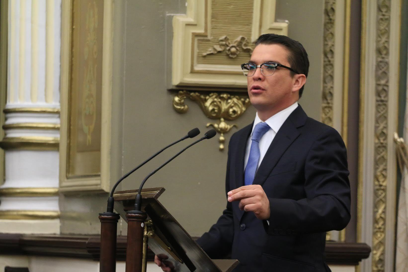 Foto de Gerardo Islas ante el H. Congreso del Estado de Puebla