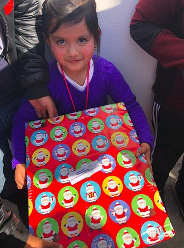 Foto de Niña recibiendo regalo