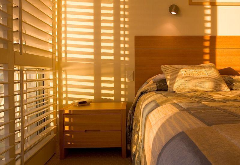 Fotografia juego de luz con persianas