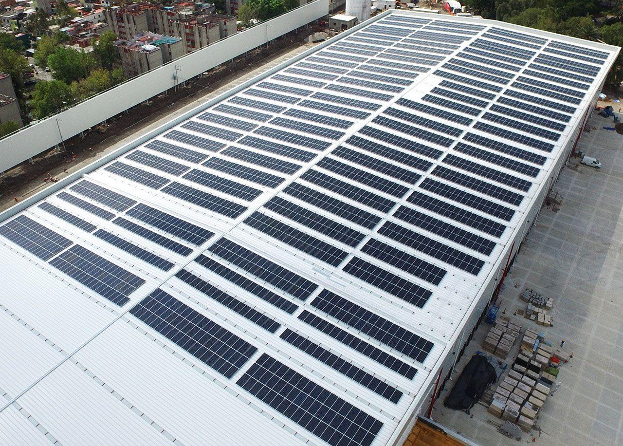 Fotografia Instalación de paneles solares para industrias y sistemas