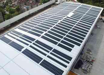 Instalación de paneles solares para industrias y sistemas de almacenamiento de energía