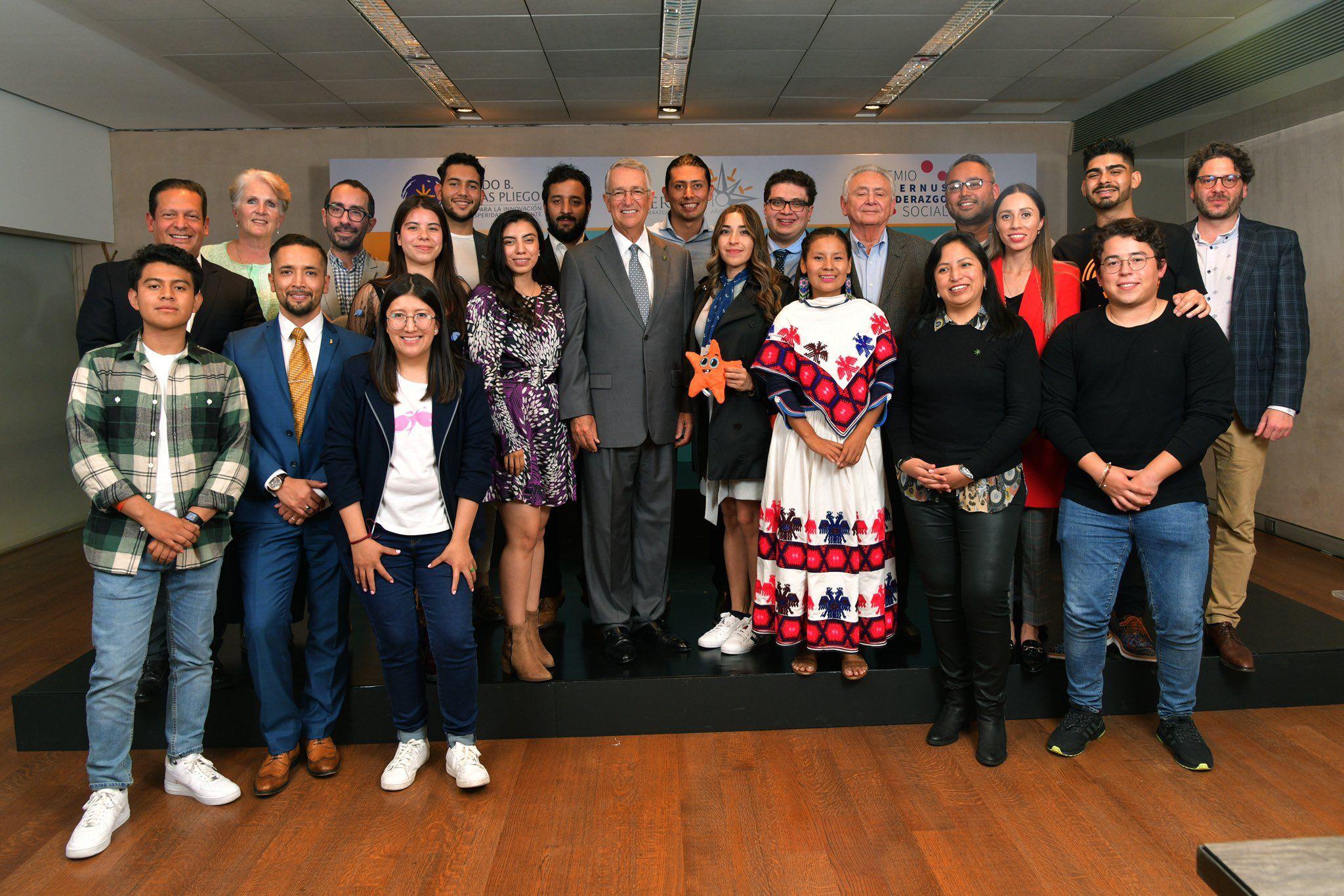 Fotografia Entrega Ricardo Benjamin Salinas Pliego el Premio Kybernus