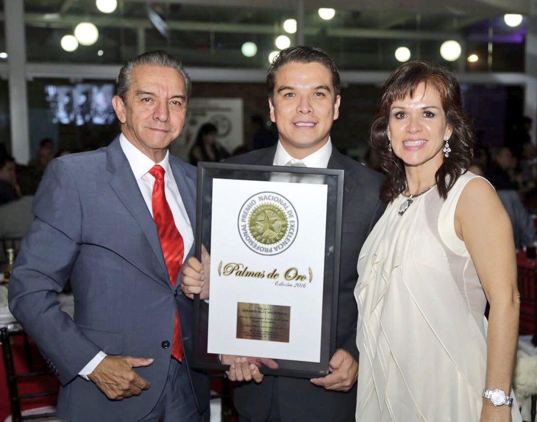 Gerardo Islas recibe premio nacional Palmas de Oro 2016